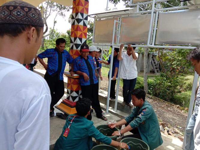 Mahasiswa Latih Petani Pekon Luas Membuat Kompos