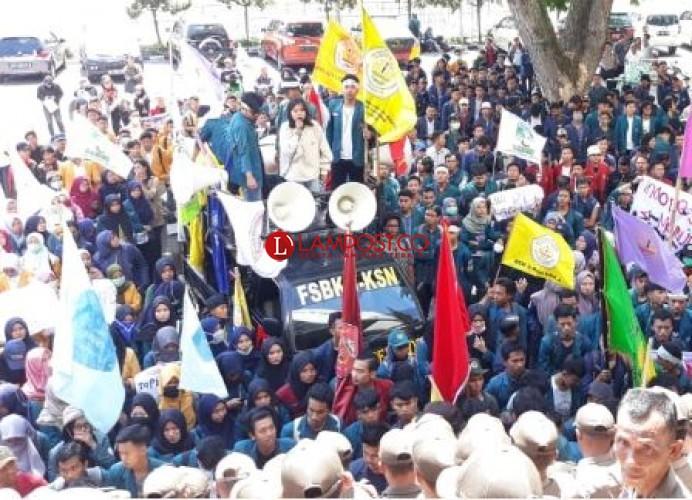 Mahasiswa 'Serbu' Gedung DPRD Tolak RUU Omnibus Law