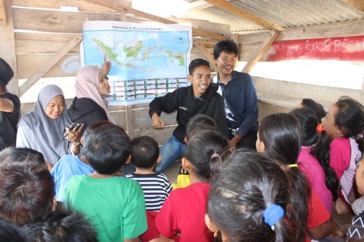 Mahasiswa Sosiologi Mengajar dan <i>Clean Action</i> di Tarahan