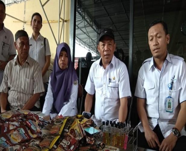 Makanan dan Minuman Siap Saji Kedaluwarsa Ditemukan di Pasar Pasir Gintung