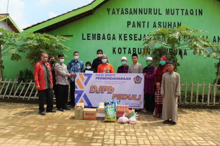 Maknai Ramadan, KPPN Kotabumi Bagikan Sembako ke Panti Asuhan