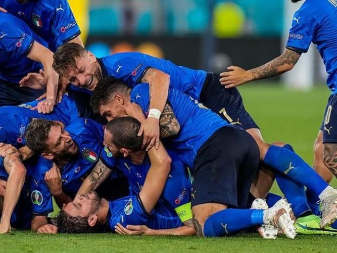 Manuel Locatelli Antar Italia ke Babak 16 Besar