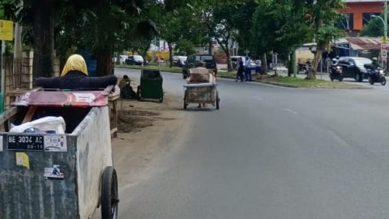 Manusia Gerobak Kembali Ramai di Jalanan Ibu Kota
