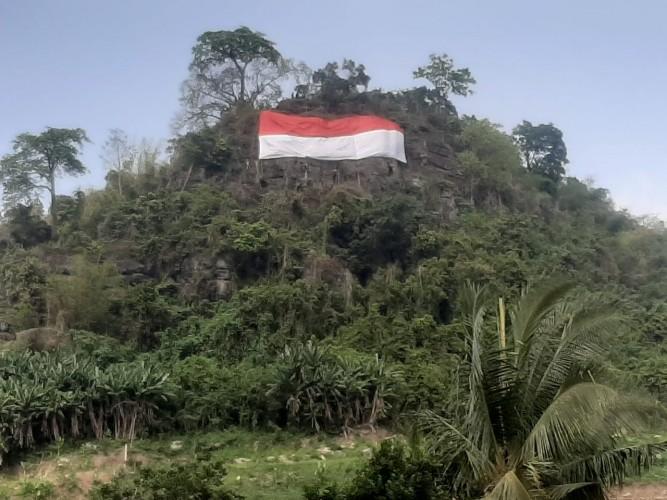 Mapala Lampung Kibarkan Bendera Sepanjang 25 Meter di Bukit