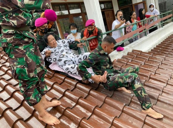 Marinir Bantu Evakuasi Korban Banjir Ibu Kota