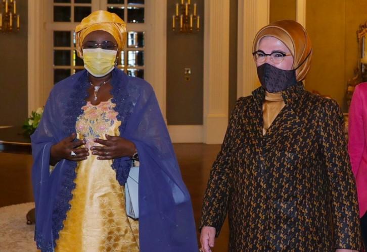 Masker Batik dari Indonesia Diakai Ibu Negara TurkiEmine Erdogan