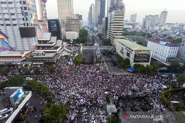Massa Aksi Protes Damai Terus Berdatangan di Depan Bawaslu RI