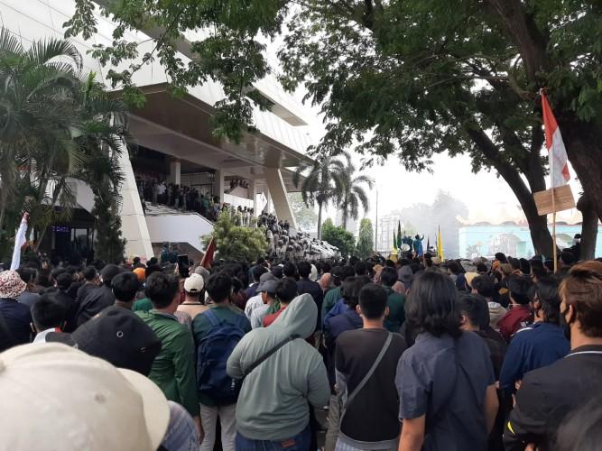 Massa Aksi Tetap Bertahan Sampai Seluruh Anggota DPRD Lampung Hadir