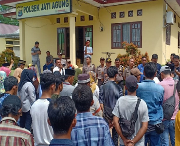 Massa Keluarga Korban Pembunuhan Datangi Mapolsek Jatiagung