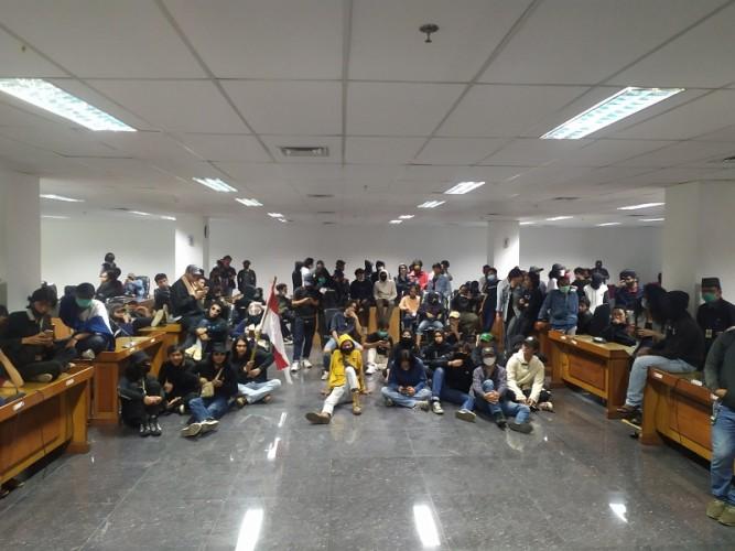 Massa Tolak Omnibus Law Duduki DPRD Kota Bogor
