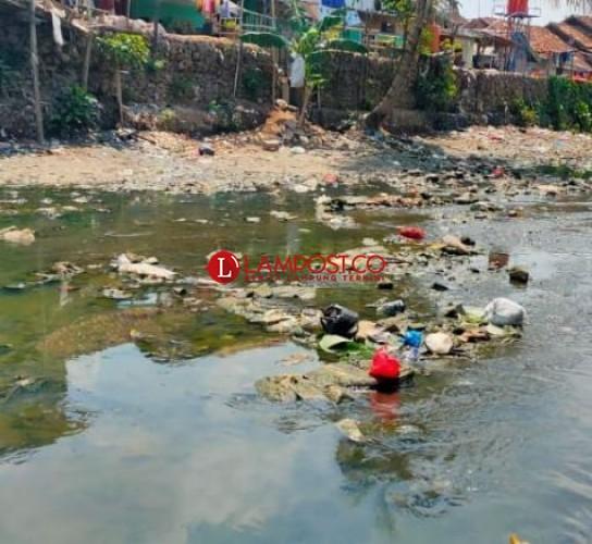Masuki Musim Hujan, Sungai di Bandar Lampung Mulai Dipenuhi Sampah
