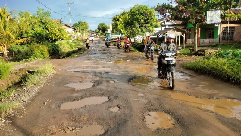 Masyarakat Sidomulyo Harapkan Perbaikan Jalan Poros
