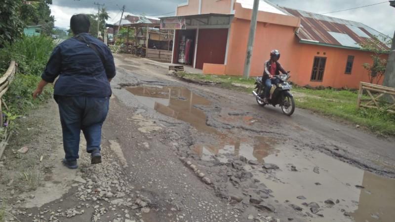 Masyarakat Sukau Minta Kerusakan Jalan Diperbaiki