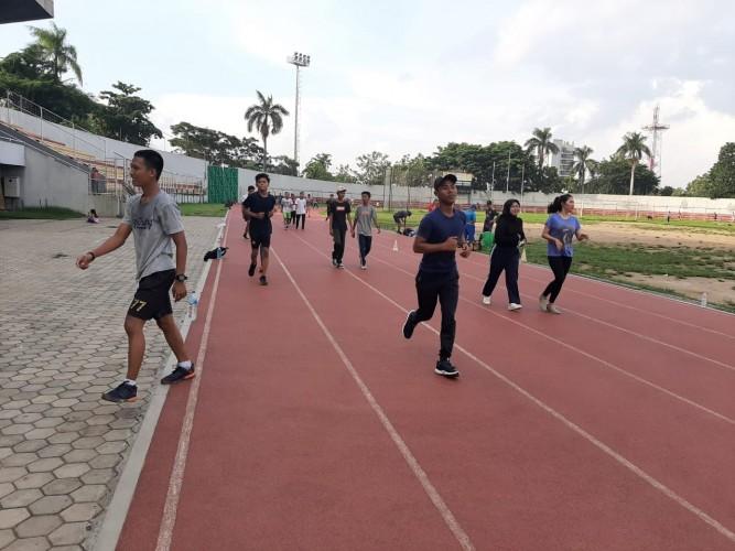 Masyarakat Tetap Berolahraga di Stadion Pahoman