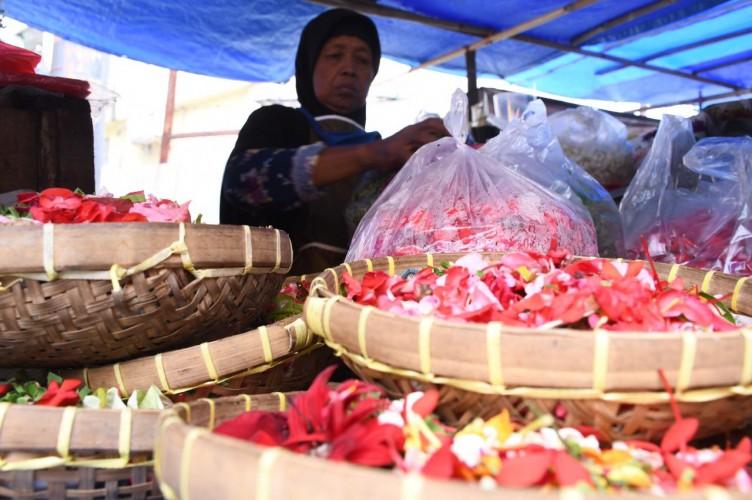 Mbah Satinah Jual Bunga Ziarah Selama 40 Tahun Lebih