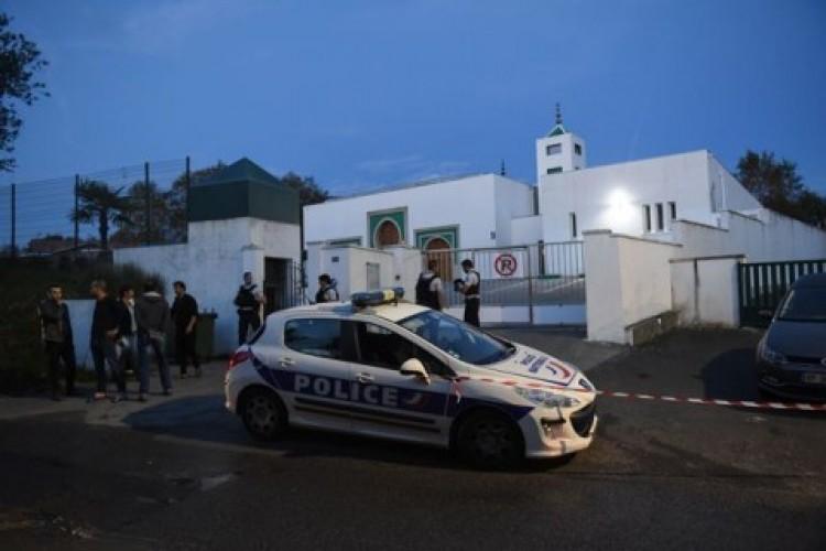 Mencoba Bakar Masjid di Perancis, Lansia Ini Tembak Dua Orang