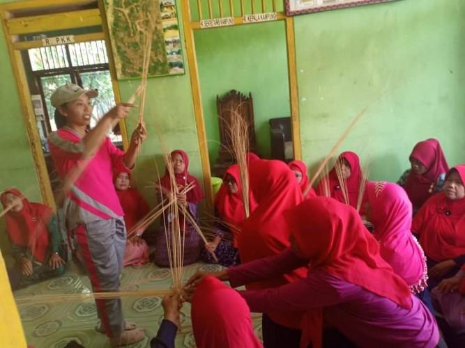 Menggerakkan Ekonomi Kampung Lewat Pemberdayaan Perempuan dan Ilmu Teknologi