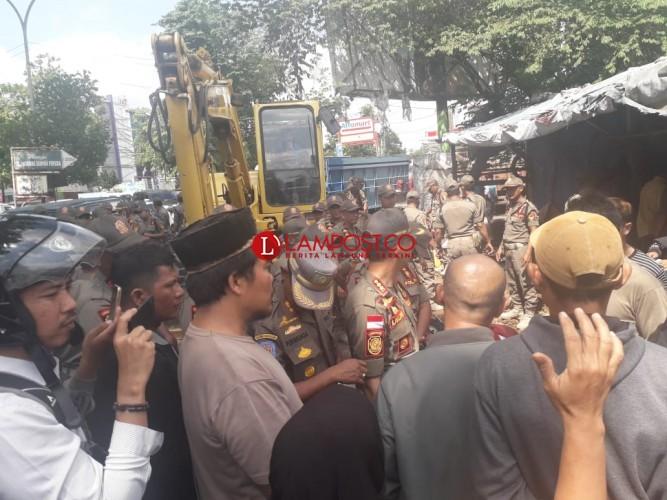 Menolak Digusur, Pedagang di PKOR dan Satpol PP Bersitegang