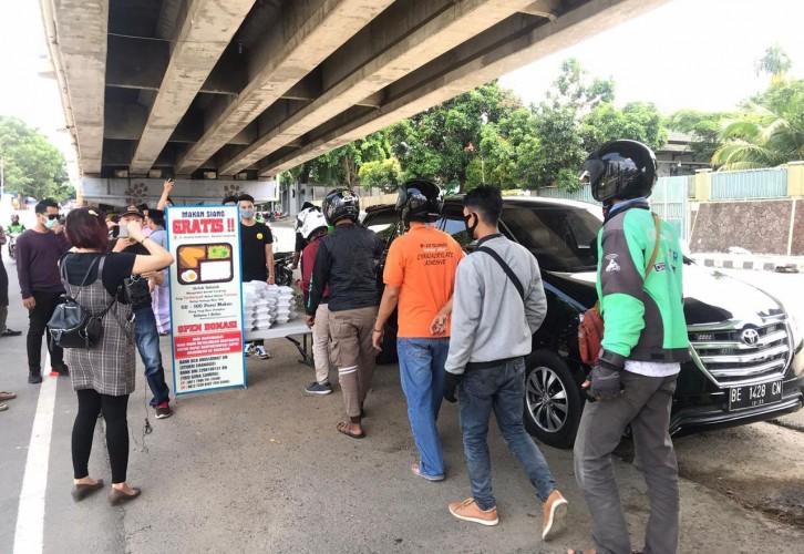Milenial Lampung Beri Makanan Gratis untuk Warga Terdampak Covid-19