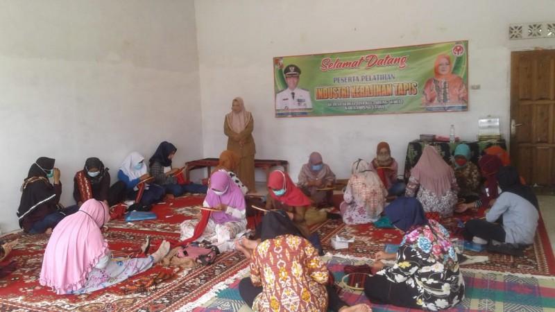 Minat Generasi Muda Geluti Kerajinan Tapis Lampung Rendah