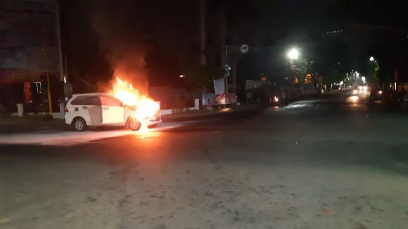 Minibus Terbakar Diduga Korsleting Listrik