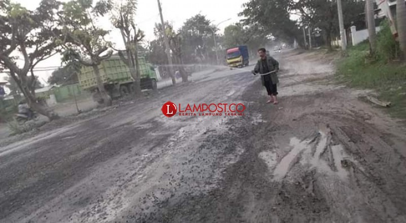 Minimalisir Debu, 75 KK di Bilangan Jalan Ryacudu Minta Kendaraan Besar Dialihkan