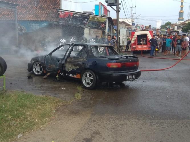Mobil Anggota TNI Ludes Terbakar Usai Tambal Ban