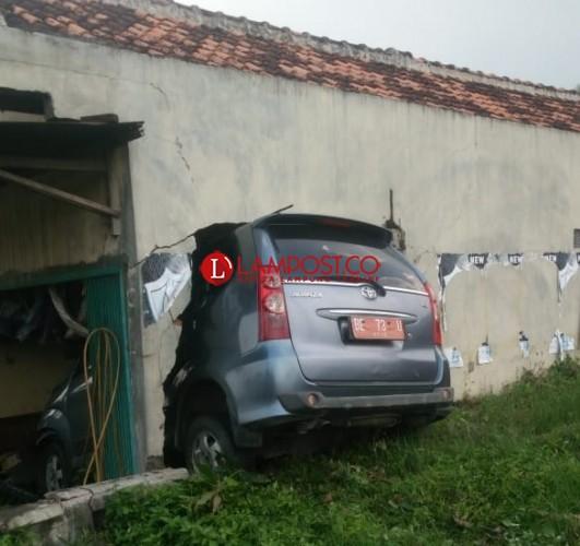 Mobil Dinas Pemkab Pringsewu Tabrak Tembok Bengkel Sampai Jebol