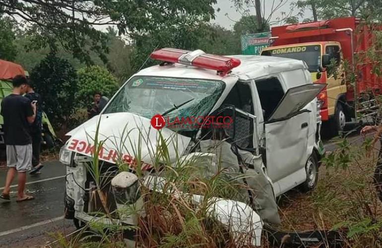 Mobil Jenazah Vs Truk, Lima Orang Terluka