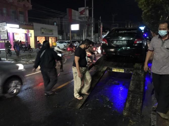 Mobil Terbakar di Depan Kantor PTPN 7 Dievakuasi