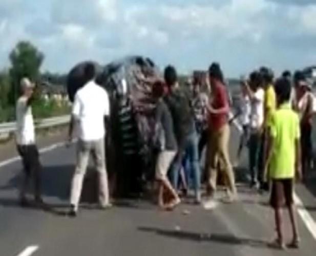 Mobil Terbalik di JTTS, Satu Keluarga Mengalami Luka