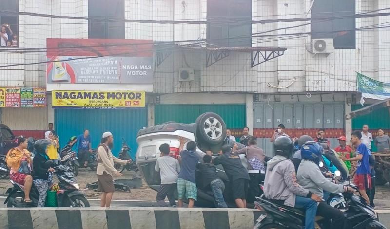 Mobil Terguling di Jalan Kimaja Jadi Tontonan Warga