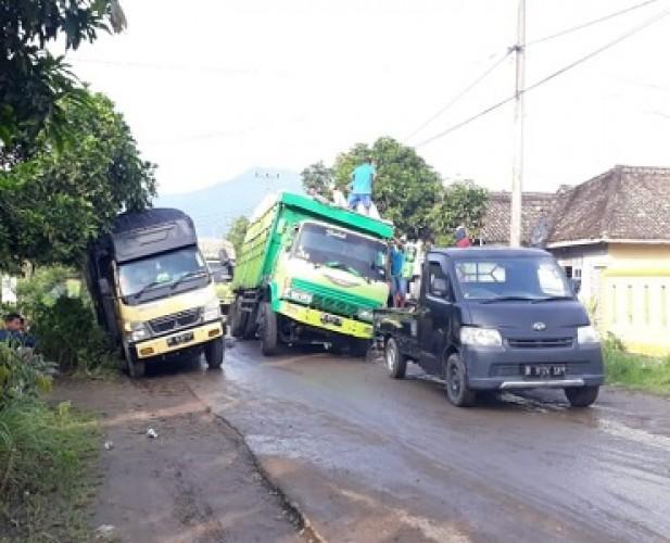 Mobil Terperosok di Jalan Poros Simpang Palas-Bandanhurip Sudah Biasa