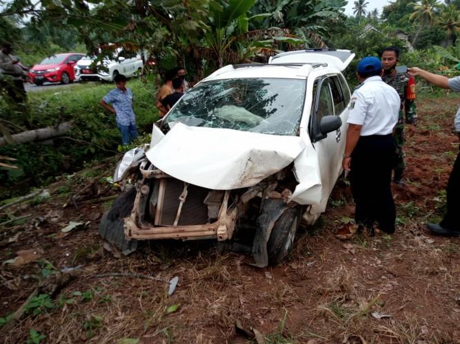Mobil Xenia Hantam Pohon Sebabkan Satu Korban Luka Parah