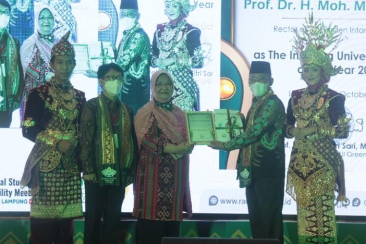 Mukri Dapat Penghargaan The Inspiring University Leader 2021