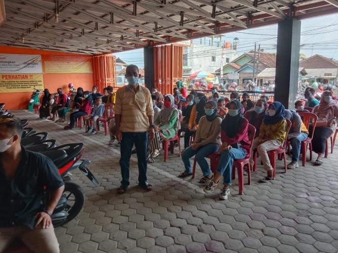 Multi-M Sidoharjo Sediakan Kursi Antrean Berjarak untuk Pembeli