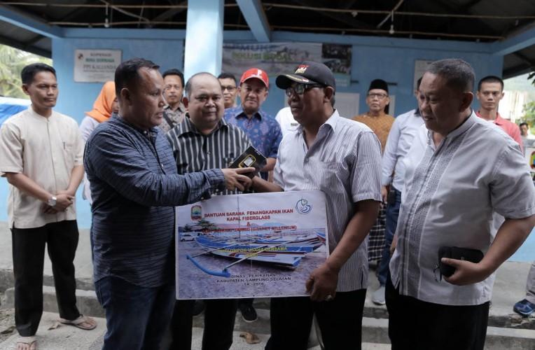 Nanang Ermanto Serahkan Bantuan 10 Unit Kapal 3 GT untuk Nelayan