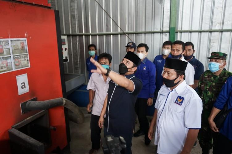 NasDem Lamsel Serahkan Bantuan Alat Pengering Jagung