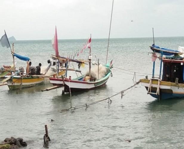 Nelayan Pesisir Lamsel Libur Melaut karena Gelombang Tinggi
