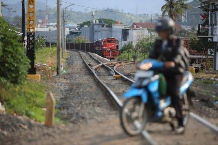 Ngabuburit di Jalur Kereta Bisa Didenda Rp15 Juta