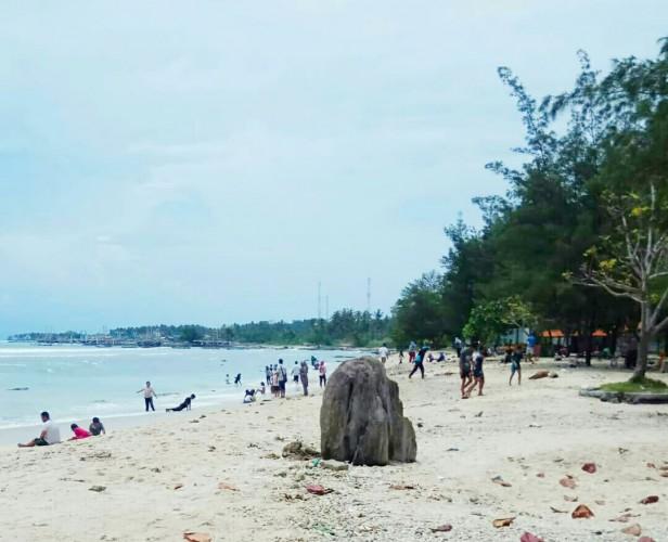 Objek Wisata Pantai Lamsel Dibanjiri Wisatawan Asal Bandar Lampung dan Sumsel