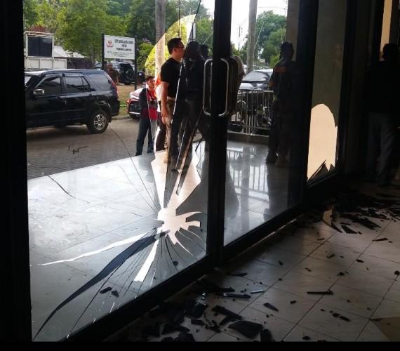 Oknum Satpol PP Provinsi Pecahkan Kaca Sekretariat KONI