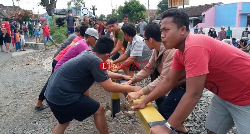 Palang Pelintasan Kereta di Jagabaya Dibongkar Warga
