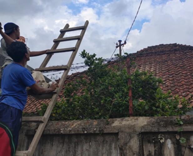 Panel Listrik Terbakar Hebohkan Warga Gotongroyong