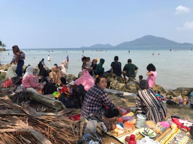 Pantai di Sepanjang Jalan Way Ratai 'Banjir' Pengunjung