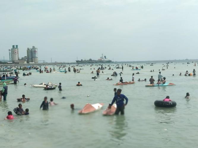 Pantai Pasir Putih Dibanjiri Pengunjung