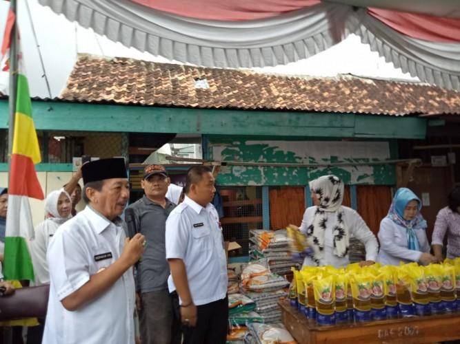 Pantau Pasar Murah, Wali kota Herman HN Bagikan Sembako