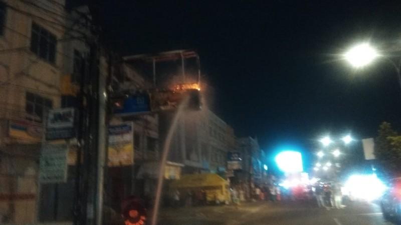Papan Reklame Minimarket di Antarasari Terbakar