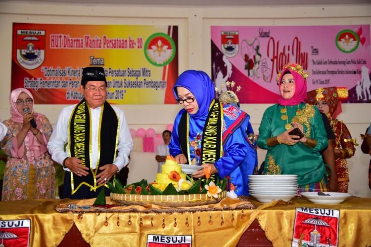 Parade Pakaian Adat Warnai Peringatan HUT Ke-20 DWP dan Hari Ibu Ke-91 di Mesuji