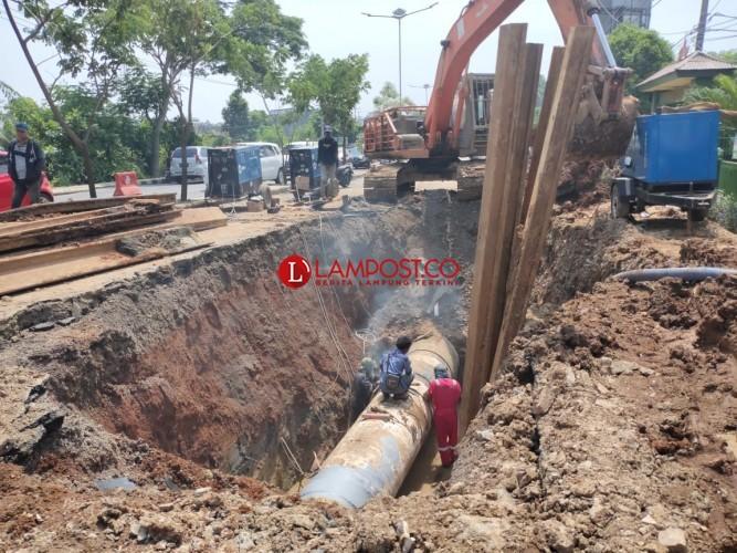 Pasang Pipa SPAM, Jalan Depan SDN 2 Rajabasa Dibongkar
